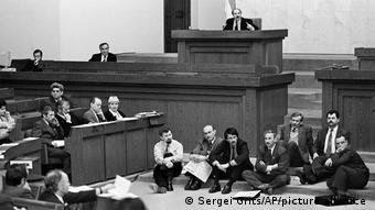 Депутаты парламента от БНФ объявили голодовку в знак несогласия с референдумом. Апрель 1995 года