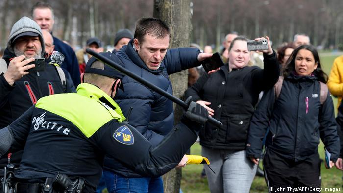 Proteste şi în multe ţări europene împotriva măsurilor anti-pandemie. Imagine din Olanda (14 martie 2021)