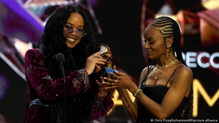 H.E.R. and Tiara Thomas receive a Grammy for song of the year