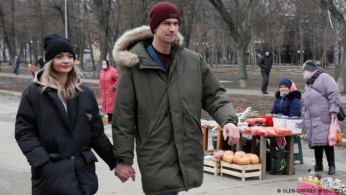 Ukraine Paar kettet sich aneinander