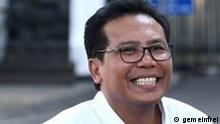 DR. Mochammad Fadjroel Rachman, S.E., M.H. (geboren in Banjarmasin am 17. Januar 1964; Alter 57 Jahre [1]) ist der Sonderstab des Präsidenten der Republik Indonesien für Kommunikation sowie der Sprecher von Präsident Joko Widodo im Advanced Indonesia Cabinet (2019-2024). [2] In den Jahren 2015-2020 wurde Fadjroel Rachman zum President Commissioner von PT Adhi Karya (Persero) Tbk. Ernannt, einem staatlichen Bauunternehmen. Derzeit (seit 2020) wird er zum Kommissar von PT Waskita Karya (Persero) Tbk. Ernannt, einem BUMN, der ebenfalls im Baugewerbe tätig ist. Quelle: https://id.wikipedia.org/wiki/Fadjroel_Rachman