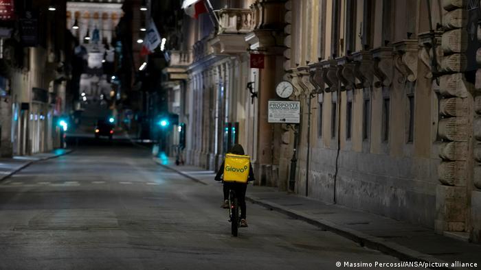 Entregador em rua vazia de Roma
