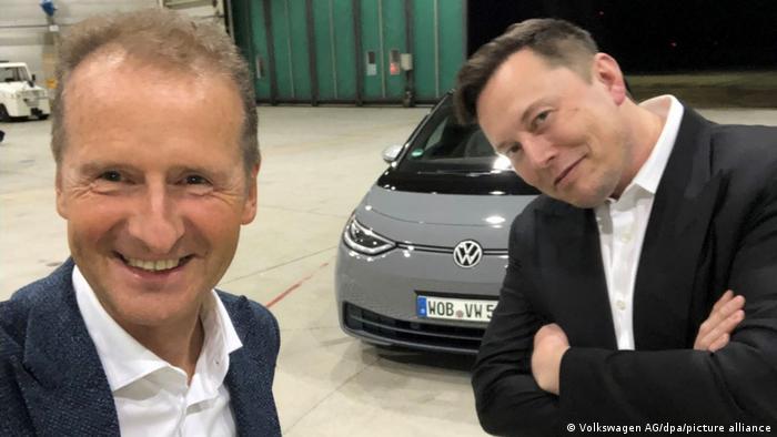Prezes VW Herbert Diess i szef Tesli Elon Musk