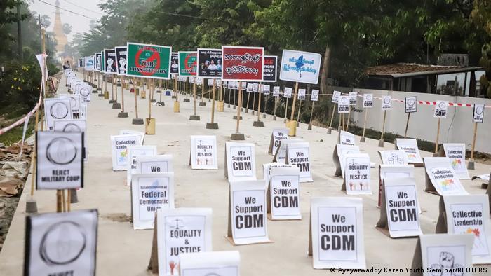 Vue de pancartes lors d'une manifestation sans manifestants. Image tirée des médias sociaux