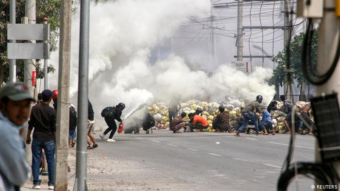 Bentrokan antara pengunjuk rasa dan pihak keamanan Myanmar di kota Mandalay (15/03)