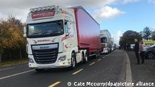 150 Lastwagen fahren von Donegal im Nordwesten von Irland über die Grenze nach County Londonderry in Nordirland. Damit wollten sie auf die Wichtigkeit von offenen Grenzen und freiem Warenverkehr für Unternehmen und Handel hinweisen zwischen Großbritannien und den Ländern der Europäischen Union. +++ dpa-Bildfunk +++
