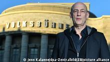 27.02.2019, Berlin: Klaus Dörr, Intendant der Volksbühne Berlin, steht vor dem Gebäude am Rosa-Luxemburg-Platz. Foto: Jens Kalaene/dpa-Zentralbild/ZB