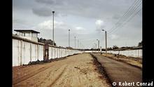 Berliner Mauer am Bahnhof Griebnitzsee zwischen Potsdam Babelsberg (ehemals DDR) und Berlin Zehlendorf (ehemals Westberlin), Todesstreifen mit Postenweg, links äußere Mauer mit Wachturm