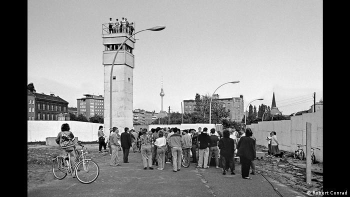 População invade instalações fronteiriças do Muro de Berlim no terreno da estação de trens Nordbahnhof, em abril de 1990