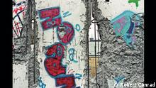 Фрагмент Берлинской стены. Работа Роберта Конрада на выставке в Берлине