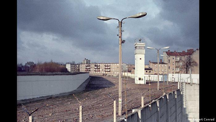 Vista do Muro de Berlim, com cerca fronteiriça e torres de vigia na chamada Faixa da Morte