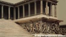 4GR-U2-A2-1 (53407) Zeus-Altar von Pergamon,Teilansicht Griechische Plastik, hellenistisch, um 180 v.Chr. Zeus-Altar von Pergamon. Wiederaufbau des Westteils. - Teilansicht. - E: Zeus altar of Pergamum / Partial view Greek sculpture, Hellenistic, c. 180 B.C. Zeus altar of Pergamum. Reconstruction of the west part. - Partial view. -