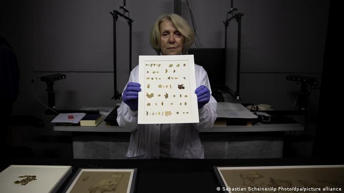 Tanya Bitler, Konservatorin der Israelischen Altertumsbehörde, zeigt kürzlich entdeckte Fragmente einer Schriftrolle mit biblischen Texten im Konservierungslabor für Schriftrollen vom Toten Meer.