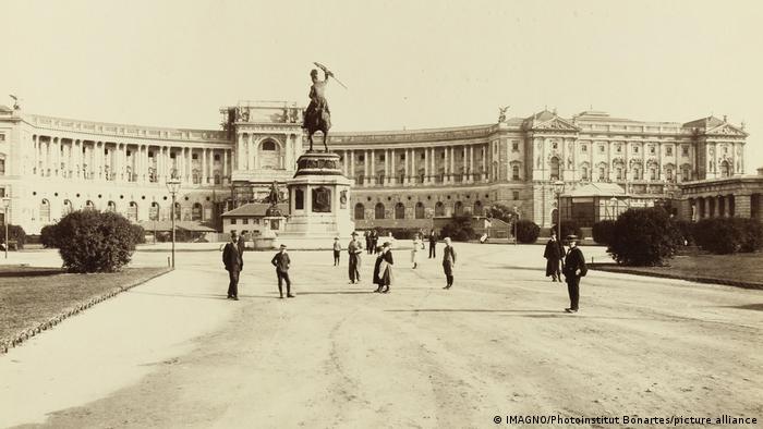 Fotografi e vitit 1901 e Heldenplatz, ose Sheshi i Heronjve, me ballkon qe duket pas statujës së kuajve