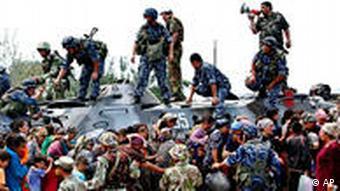 Беженцы на пути из Киргизии в Узбекистан, июнь 2010 года