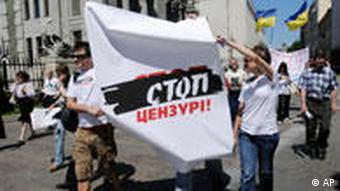 Ukrainian journalists protest in Kiev in June 2010 (Photo: AP Photo/Sergei Chuzavkov)