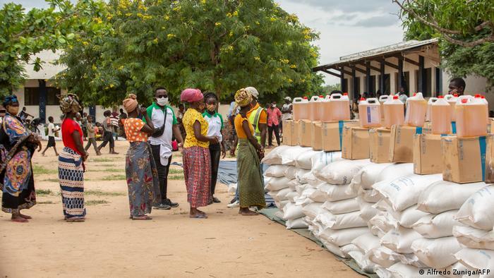 Mujeres haciendo cola en Mozambique para buscar comida