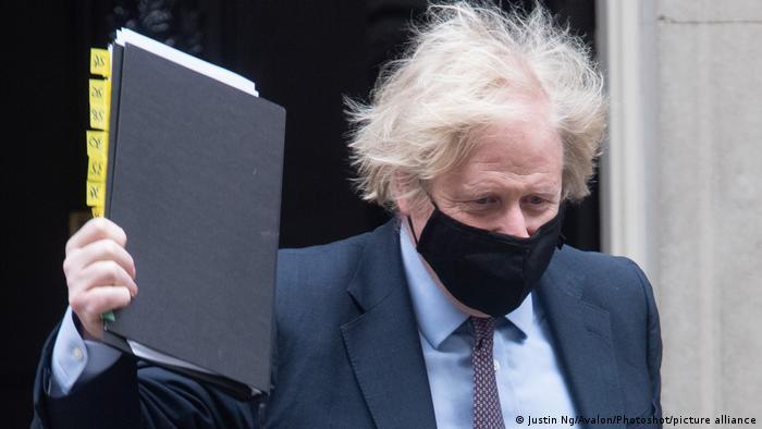 Die neue Außenpolitik - konkreter: das entsprechende Dokument dazu - in den Händen von Boris Johnson