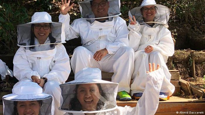 Grupo con trajes de protección.