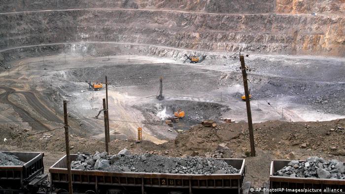 U rudnicima na severu Kine bageri iskopavaju rude koje sadrže retke metale