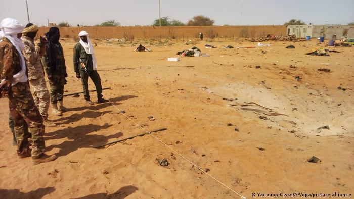 Malische Soldaten inspizieren den Tatort eines früheren Islamisten-Anschlags im Norden des Landes