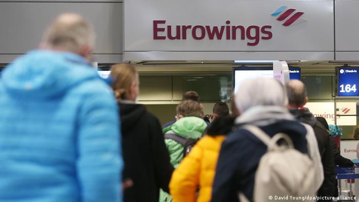 Пасажири в аеропорту Дюссельдорфа