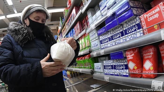 Женщина в магазине во Владивостоке у полки с сахаром