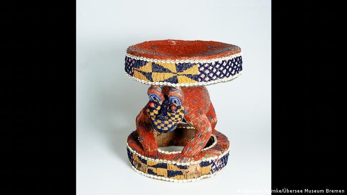 Kursi dari Afrika yang dipamerkan di Museum Haus der Geschichte Baden-Württemberg