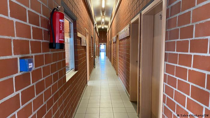 W pandemii na długich korytarzach budynków mieszkalnych powinno spotykać się jak najmniej osób