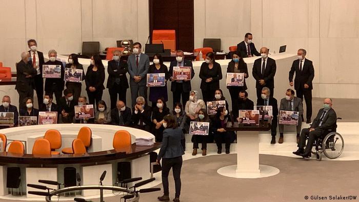 HDP'li vekiller Genel Kurulda ellerinde Gergerlioğlu'nun fotoğrafının bulunduğu pankartlar ile eylem yaptı