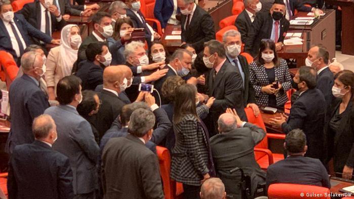Mecliste AKP'li Alpay Özalan'ın Gergerlioğlu'nun dışarı çıkmasını istemesi ile tansiyon yükseldi
