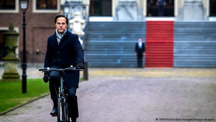 Rutte, reacio a la seguridad personal y acostumbrado a moverse en bicicleta para ir a trabajar, pierde así, junto a otros políticos, parte de esta libertad tan valorada por los holandeses.