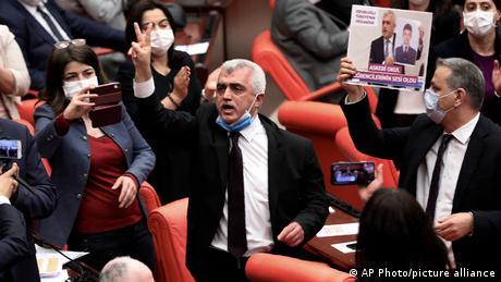 Ελεύθερος ο Γκεργκερλίογλου μετά τη σύλληψη στη βουλή