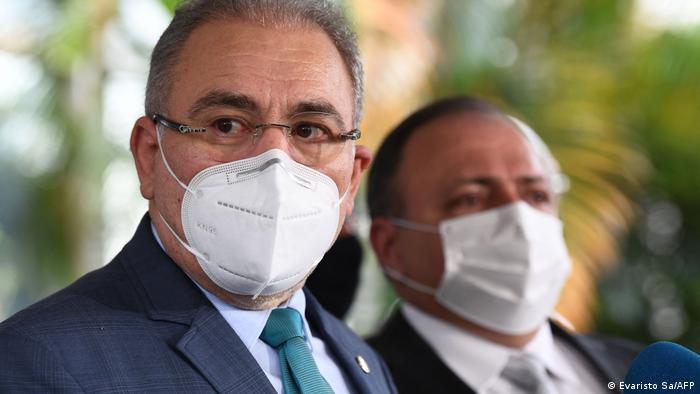 O novo ministro da Saúde, Marcelo Queiroga, ao lado de seu antecessor, Eduardo Pazuello. Ambos usam máscaras cirúrgicas