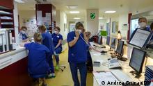 ***ACHTUNG: Bild nur für den Beitrag von Andrea Grunau verwenden!*** Intensivstation im Krankenhaus Marienhof in Koblenz aufgenommen habe mit der Intensivpflegerin Andrea Krautkrämer und einem Covid-19-Patienten. Rechte: Andrea Grunau/DW