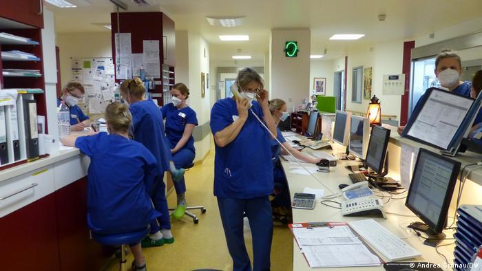 Медсестрам доводиться одночасно вирішувати багато задач: слідкувати за прийомом ліків, дзвінками, сигналами апаратури