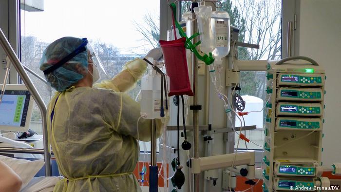 Deutschland Corona-Pandemie | Intensivstation im Krankenhaus Marienhof in Koblenz