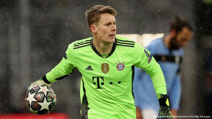 Alexander Nübel rolls the ball out for Bayern Munich against Lazio