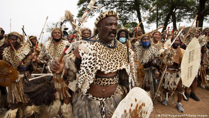 """Jedinica Zulua, Amabuto, kreće ka mrtvačnici kako bi preuzela telo preminulog Gudvila Zvelitinija, kralja Zulua iz Nongome u Južnoafričkoj Republici. Kralj je preminuo u 72. godini nakon više nedeljnog lečenja od bolesti uzrokovane dijabetesom. Ceremonija koju Zulu ne zovu """"sahrana"""" već """"sadnja"""" održava se u kraljevskoj rezidenciji Kvaketomtandajo."""