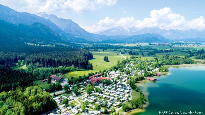 Едва ли може да има по-подходящо място за този къмпинг в областта Алгой: разположен е на брега на езеро, само на няколко километра от известния замък Нойшванщайн, насред величествена алпийска панорама. Туристически маршрути, преходи с велосипед, посещения на забележителности - къмпингът с 480 паркоместа предлага всичко необходимо за една незабравима почивка.