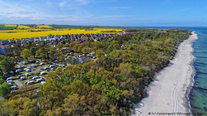 Добре дошли на Балтийско море! Слънце, пясък и море: на площ от 12 хектара в непосредствена близост до морето е разположен къмпинг Кюлунгсборн. Паркът предлага къмпинг-места на слънце и на сянка на 50 метра от морето. На един хвърлей място от него се намира и едноименният морски курорт.