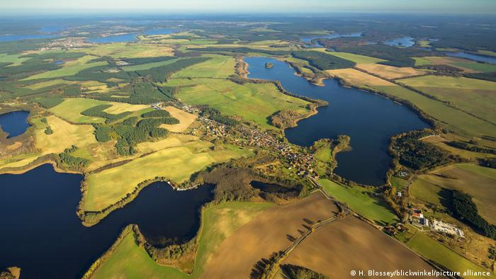 В южна посока стигаме до мекленбургските езера. Сред тях се намира парк-къмпинг Хавелберге. Мястото е защитено от туристическия поток на Воблицзее, има свой плаж и голяма зелена площ за слънчеви бани. Гостите могат да наемат кану, каяк, моторна лодка или лодка с гребла. А който разполага със собствена лодка, може да ползва пристанището.