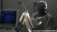 "*** Dieses Bild ist fertig zugeschnitten als Social Media Snack (für Facebook, Twitter, Instagram) im Tableau zu finden: Fach ""Images"" —> Weltspiegel/Bilder des Tages *** 17.03.21 *** Health worker Debora Castro da Silva treats a coronavirus disease (COVID-19) positive patient at the Intensive Care Unit (ICU) of Hospital Sao Paulo in Sao Paulo, Brazil March 17, 2021. REUTERS/Amanda Perobelli"