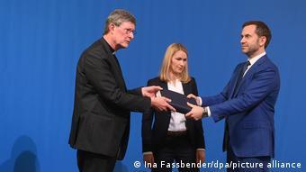Ο καρδινάλιος Βόλκι παραλαμβάνει τη γνωμοδότηση 800 σελίδων από τον Μπιόρν Γκέρκε