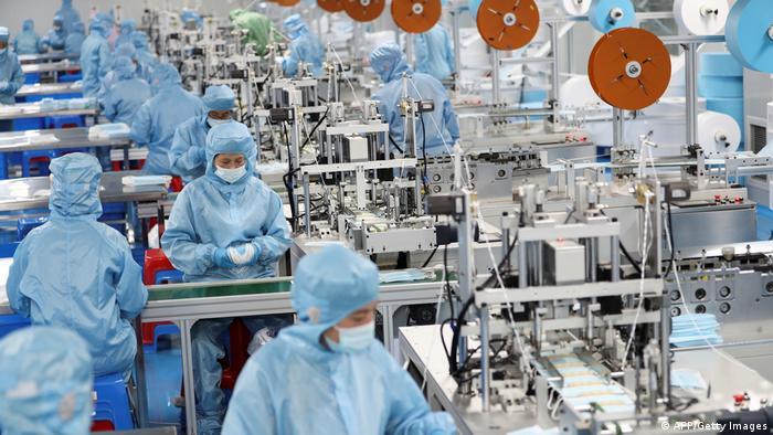 Schutzmaskenproduktion in einer Fabrik in Lianyungang, China
