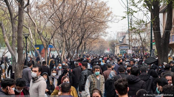بازار بزرگ تهران در روزهای پایانی سال پر جنب و جوش است. تنها فرقش با سالهای گذشته این است که بیشتر مردم ماسک به صورت زدهاند. اما خبری از ترس اپیدمی کرونا نیست. مردم برای تهیه آخرین نیازها پیش از آغاز سال نو خورشیدی، در فروشگاهها و بازارها جولان میدهند و کرونا هم!