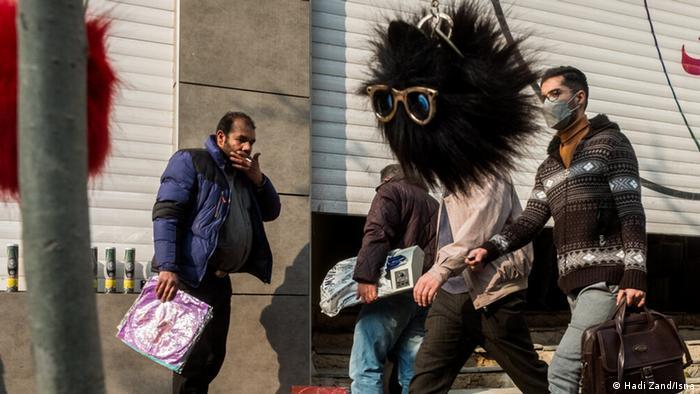 هادی زند، عکاس ایرانی در مجموعه عکسی که خبرگزاری ایسنا آنها را منتشر کرده، از رهگذران در خیابان عکس گرفته است؛ عکسهای عجیب و غریب در روزگاری عجیب و غریب.