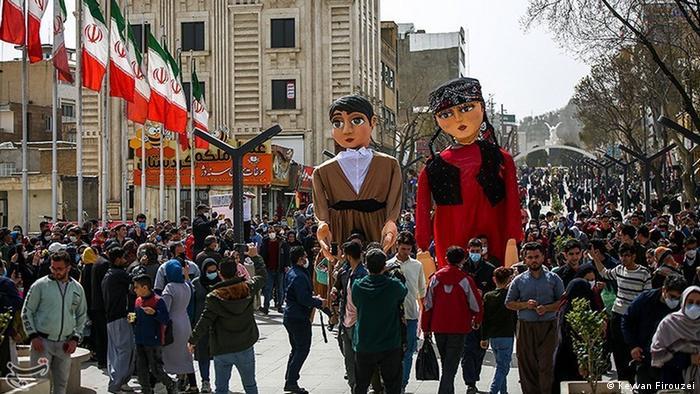 مردم در تکاپوی آمدن بهارند، شادی میآفرینند، حتی خسته، حتی شکسته! مردم سنندج در حال برگزاری مراسم شادپیمایی و عروسکی سوارانه در شهر، در آستانه سال نو.