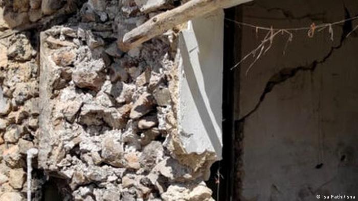 گفته میشود که بیش از سه هزار منزل مسکونی در زلزله پنج و شش دهم ریشتری سیسخت خسارات شدید دیدهاند. حالا مردم سیسخت هم بیخانماناند و هم وحشتزده از شیوع سریع کرونا. خبرگزاریهای داخلی امروز نوشتند که به دستور ویژه رهبر انقلاب، فرمانده کل سپاه به منطقه سفر کرده و وعده ارسال ۳۰۰ کانکس توسط سپاه پاسداران به منطقه را داده است و ۳۷۰ سری جهیزیه، هدیه رهبر بوده به جوانان بیخانمان دمبخت سیسخت.