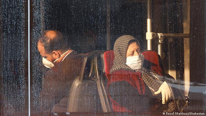 بیتوضیح و بیکلام؛ وصف وضعیت بیشتر مردم ایران در سالی که گذشت و در روزهای پایانیاش! آنهایی که میخواهند فقط سال بگذرد و ۱۴۰۰ بیاید. این بود روزگار تا ۱۴۰۰ با تدبیر و امید و از ۱۴۰۰ بیتدبیر و بیامید؟